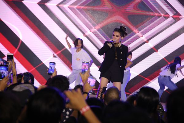 KZ Tandingan's high-energy performance mesmerizes the audience